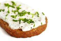 Pan con el queso poner crema y las cebolletas Fotografía de archivo libre de regalías