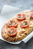 Pan con el queso y los tomates, aceite de oliva extraordinariamente virginal Imagen de archivo