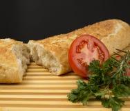 Pan con el tomate y las hierbas frescas imagen de archivo libre de regalías