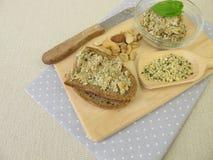 Pan con la extensión del vegano de los cañamones, de las nueces y de las hierbas pelados Fotografía de archivo libre de regalías