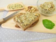 Pan con la extensión del vegano de los cañamones, de las nueces y de las hierbas pelados Foto de archivo libre de regalías