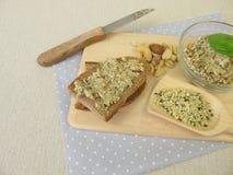 Pan con la extensión del vegano de los cañamones, de las nueces y de las hierbas pelados Imagen de archivo