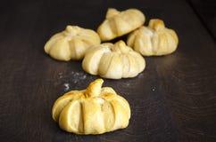 Pan con la forma de la calabaza para Halloween homemade Imágenes de archivo libres de regalías