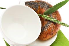 Pan con la taza y el punto blancos de la amapola Fotografía de archivo libre de regalías