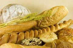 Pan con las hojas del trigo Fotografía de archivo libre de regalías