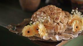 Pan con las margaritas del gerbera en bandeja en el banquete de boda almacen de metraje de vídeo