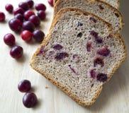 Pan con los arándanos en un tablero de madera Fotografía de archivo libre de regalías