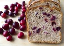 Pan con los arándanos en un tablero de madera Foto de archivo