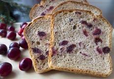 Pan con los arándanos en un tablero de madera Imagen de archivo