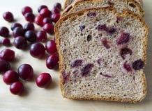 Pan con los arándanos en un tablero de madera Fotos de archivo