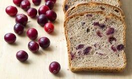 Pan con los arándanos en un tablero de madera Imagenes de archivo