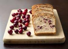 Pan con los arándanos en un tablero de madera Imagen de archivo libre de regalías