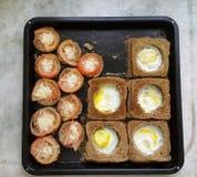 Pan con los huevos dentro Foto de archivo