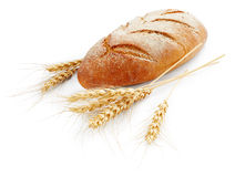 Pan con los oídos del trigo Fotos de archivo libres de regalías