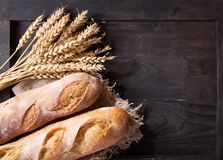 Pan con los oídos del trigo en la tabla de madera Fotos de archivo libres de regalías