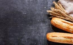 Pan con los oídos del trigo, visión superior Imágenes de archivo libres de regalías
