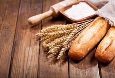 Pan con los oídos del trigo y el cuenco de harina Fotos de archivo
