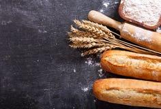 Pan con los oídos del trigo y el cuenco de harina, visión superior Imagen de archivo libre de regalías