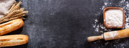 Pan con los oídos del trigo y el cuenco de harina, visión superior Fotos de archivo libres de regalías