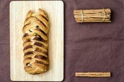 Pan con los palillos de canela para el texto o el número Imagen de archivo