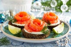 Pan con los salmones salados Fotos de archivo libres de regalías