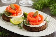 Pan con los salmones salados Imágenes de archivo libres de regalías