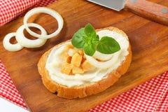 Pan con manteca de cerdo y chicharrones Imagen de archivo