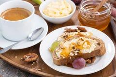 pan con mantequilla, miel, nueces y uvas para el desayuno, primer Foto de archivo