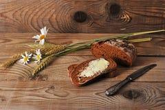 Pan con mantequilla y la manzanilla con los oídos del trigo Imagen de archivo