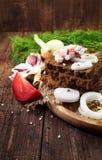 Pan con tocino, la cebolla y otros verdes en una superficie de madera Imagen de archivo libre de regalías