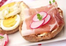 Pan con tocino y huevos Fotos de archivo libres de regalías