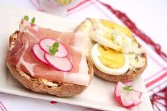 Pan con tocino y huevos Foto de archivo libre de regalías