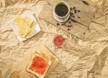 Pan con y atasco hecho en casa adentro en la tabla de madera, primer fotografía de archivo