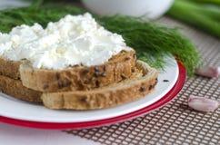 Pan cortado con el queso cremoso Imagen de archivo libre de regalías