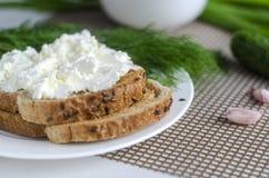 Pan cortado con el queso cremoso Fotos de archivo libres de regalías