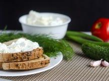 Pan cortado con el queso cremoso Imagenes de archivo