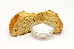 Pan cortado con la sal imagenes de archivo