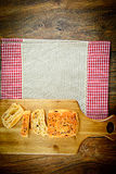 Pan cortado con las semillas de sésamo en un tablero de madera imagen de archivo libre de regalías