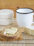 Pan cortado con queso del brie Imágenes de archivo libres de regalías