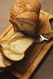 Pan cortado en la tabla de cortar Fotografía de archivo