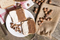 Pan cortado en placa con crema y nueces del chocolate imágenes de archivo libres de regalías