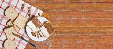 Pan cortado en placa con crema y nueces del chocolate fotos de archivo libres de regalías