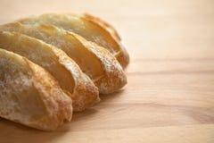 Pan cortado en una tabla de madera fotografía de archivo