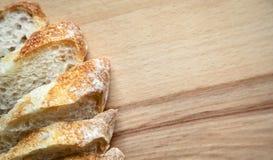 Pan cortado en una tabla de madera imagen de archivo libre de regalías