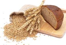 Pan cortado en una tarjeta Foto de archivo libre de regalías