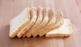 Pan cortado en una tarjeta de madera Foto de archivo