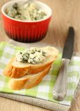 Pan cortado fresco con queso verde Fotos de archivo libres de regalías