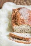 Pan cortado fresco con salvado con las semillas del sésamo, del salvado y de lino encendido Fotos de archivo libres de regalías