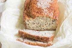 Pan cortado fresco con salvado con las semillas del sésamo, del salvado y de lino encendido Fotos de archivo