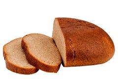 Pan cortado fresco del pan de centeno aislado en el recorte blanco del fondo fotografía de archivo libre de regalías